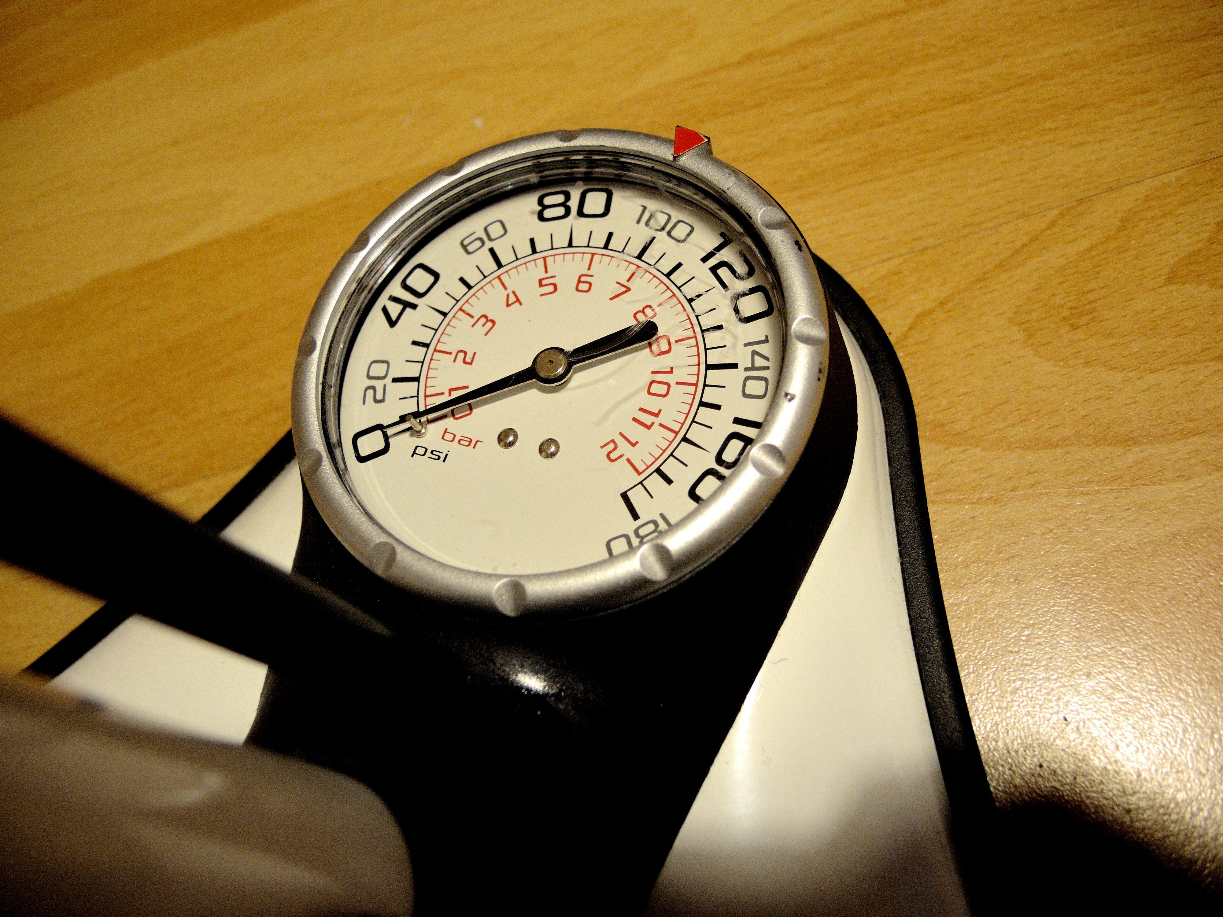 Das Manometer braucht klar sichtbare Zeiger und am besten auch einen einstellbaren Ring - so lässt sich der richtige Druck am besten finden.