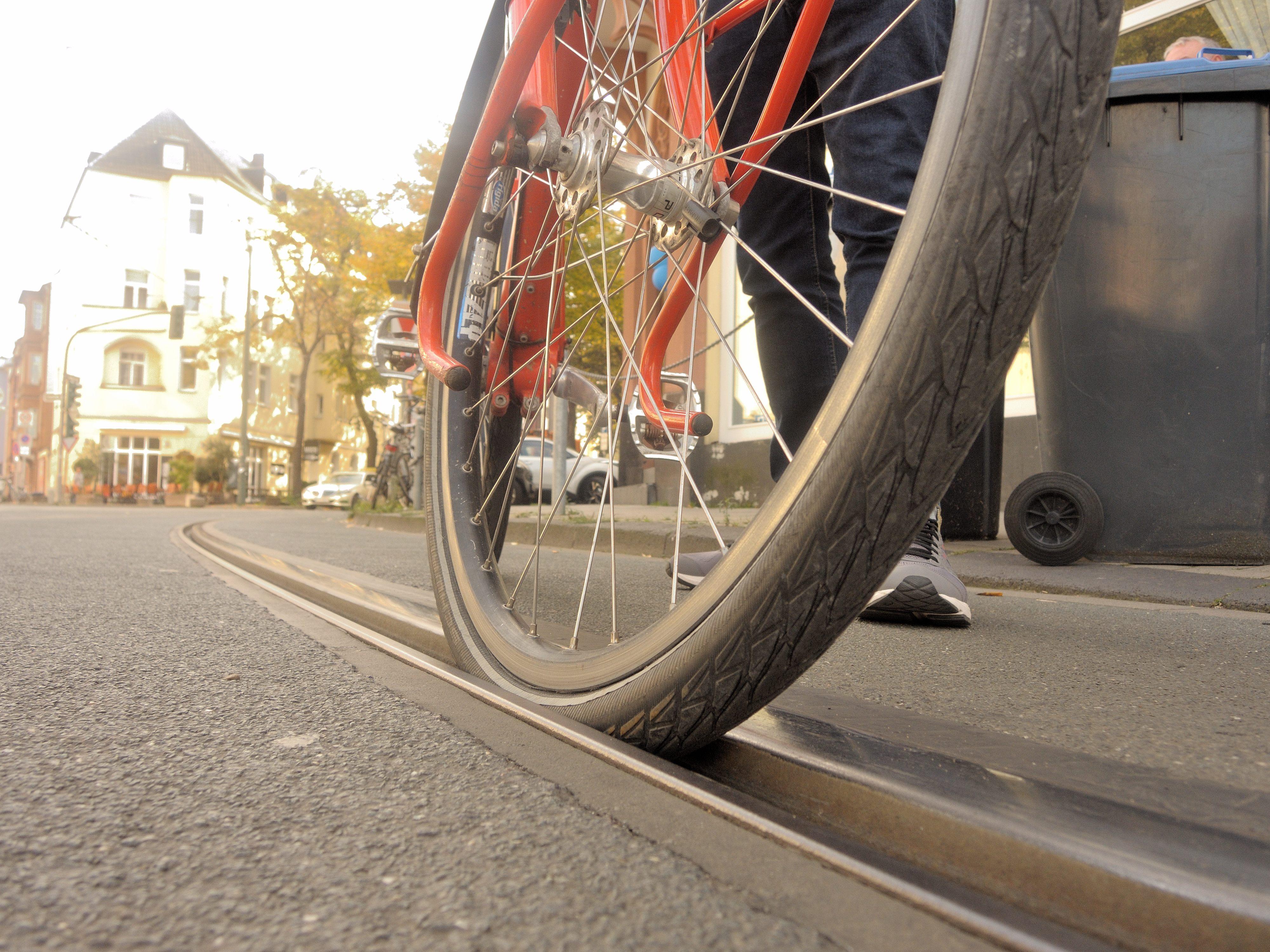 Je schmaler der Reifen, desto gefährlicher: Straßenbahnschienen könnten jetzt entschärft werden.