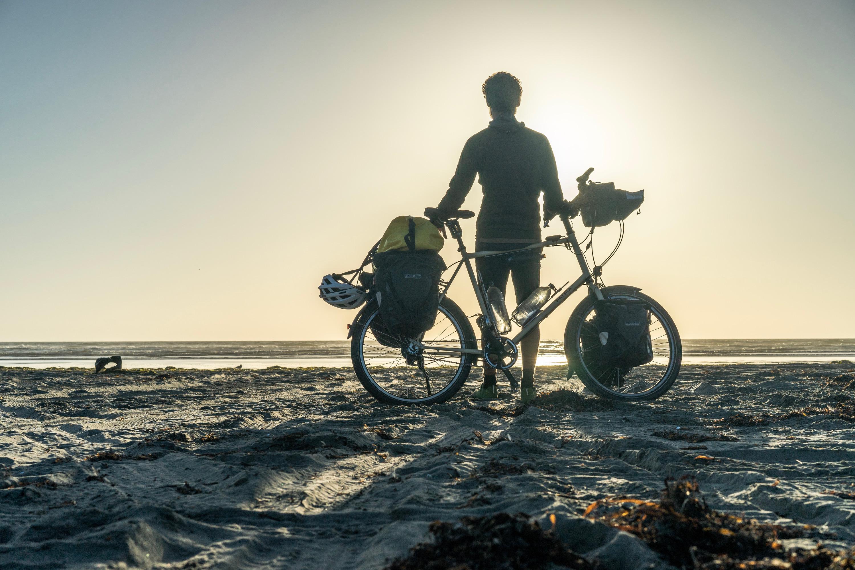 Am Strand, kurz vor Sonnenuntergang. Aber wie klein große Packtaschen an großen Rädern aussehen ... (c) Johannes Preuß