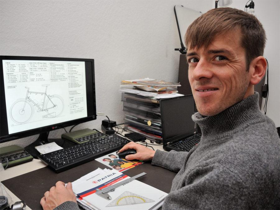 Michael Manck vor Bildschirm Geometriedaten Rahmenbau
