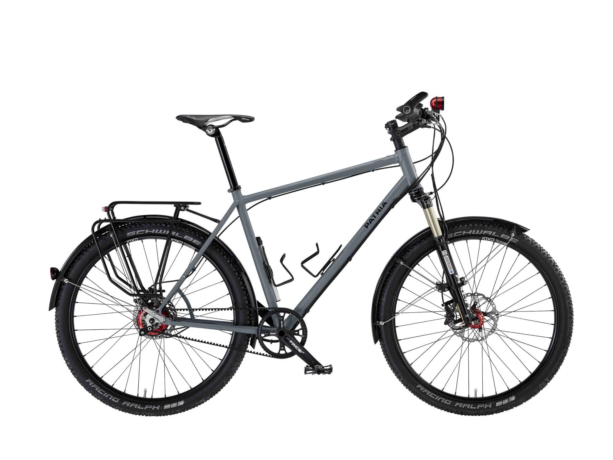 Patria Trail als Extrem-Reiserad mit langhubiger Federgabel, Rohloff-Nabe und Riemenatnrieb ausgestattet.