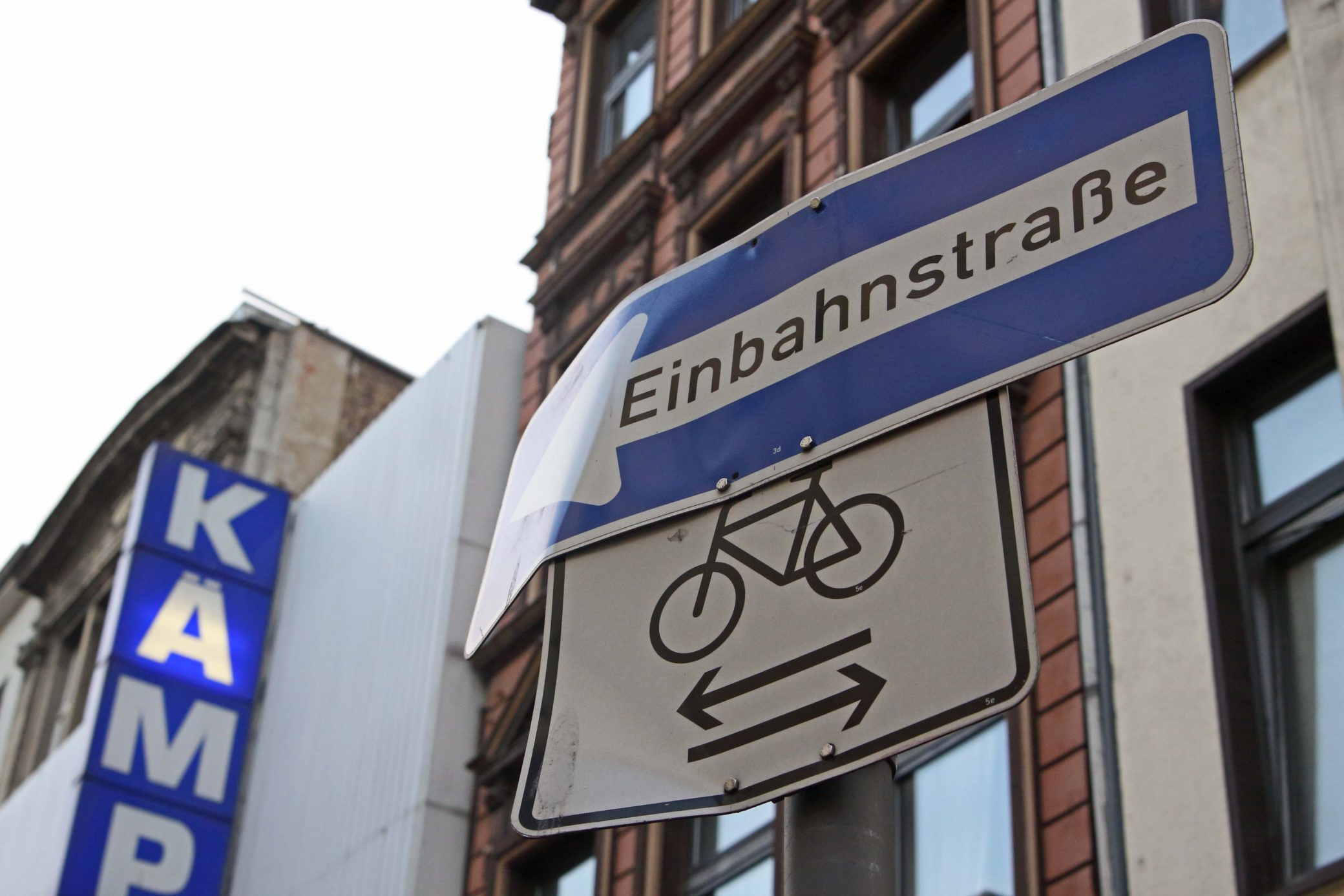 Einbahnstraße, Fahrradverkehr in beiden Richtungen.